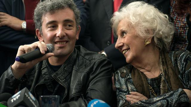 Guido Montoya Carlotto (c), enfant volé de la dictature argentine, et petit-fils d'Estela Carlotto à sa gauche, figure de proue des Grands-Mères de la Place de Mai, lors d'une conférence de presse à Buenos Aires le 8 août 2014 [Leo de Valle / AFP]