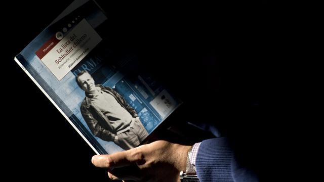 Le livre de Manuel Salazar Salvo sur le vie de Jorge Schindler présenté le 21 août 2014 à Santiago  [Martin Bernetti / AFP]