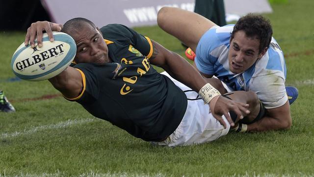 L'ailier sud-africain Cornal Hendricks (g) marque un essai contre l'Argentine lors de deuxième match du Four Nations, le 23 août 2014 à Salta [Juan Mabromata / AFP]