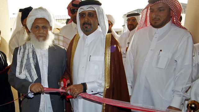 Les représentants taliban Jan Mohammad Madani (G) et qatari Ali bin Fahd al-Hajri (C) ouvrent officiellement un bureau des talibans le 18 juin 2013 à Doha [Faisal al-Timini  / AFP]
