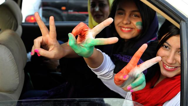 Des Iraniennes célèbrent la qualification de l'Iran pour le mondial au Brésil le 18 juin 2013 à Téhéran [ATTA KENARE / AFP Photo]