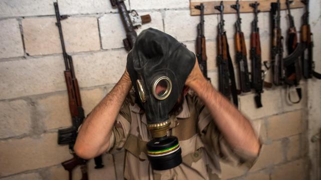 Un rebelle syrien enfile un masque à gaz, le 18 juillet 2013 à Idleb, dans le nord-ouest du pays [Daniel Leal-Olivas / AFP/Archives]