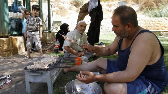Le 20 septembre 2013, une famille de réfugiés syriens qui vivait dans le camp palestinien de Yarmouk, tente de survivre dans un parc de la capitale Damas [Anwar Amro / AFP/Archives]