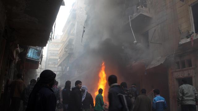 Des Syriens regardent les dégâts causés par des raids de l'armée, le 15 décembre 2013 à Alep  [ / Mohammed Al-Khatieb/AFP]