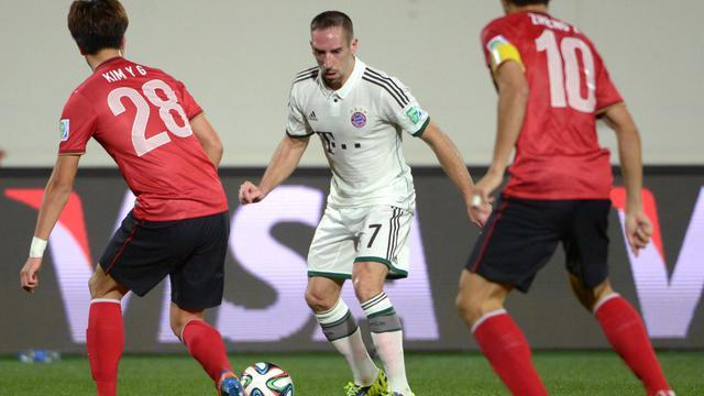 L'ailier du Bayern Munich Franck Ribéry (m)défie balle au pied deux défenseurs de Guangzhou Evergrande, en demi-finale du Mondial des clubs, le 17 décembre 2013 [ / AFP]