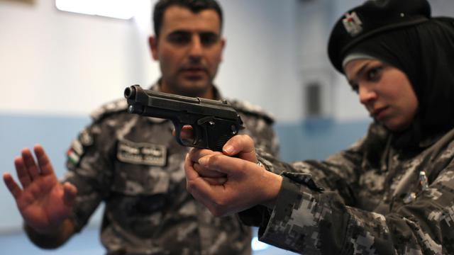 Une policière palestinienne à l'entraînement à Jéricho, dans le cadre de la mise en place d'une unité féminine de la police anti-émeute, le 20 février 2014 [Abbas Momani / AFP]