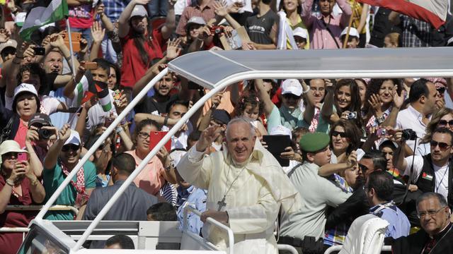 Arrivée du pape François le 24 mai 2014 dans le stade d'Amman pour y célébrer la messe [Khalil Mazraawi  / AFP]