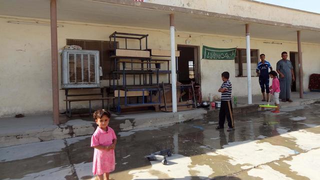 Photo d'archives de familles irakiennes originaires de Qadisiyah près de Tikrit, et réfugiées dans une école à Cardagli Erkek, à 25 kilomètres de Kirkuk, le 27 juin 2014 [Marwan Ibrahim / AFP/Archives]