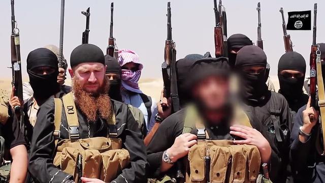 Photo fournie le 29 juin 2014 par le média jihadiste Al-Itisam montrant des personnes présentées comme des membres de l'Etat islamique(EI), photographiées dans la zone frontalière entre Irak et Syrie  [- / Al-Itisam Media/AFP/Archives]