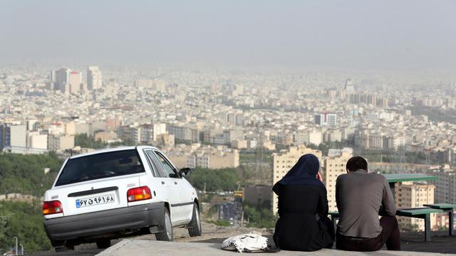 Un couple assis dans un quartier périphérique de Téhéran, le 7 juin 2014  [Atta Kenare / AFP]