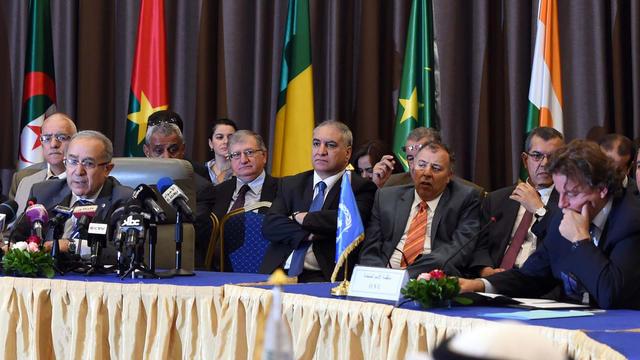 Le ministre algérien des Affaires étrangères (G) à l'ouverture de négociations entre le gouvernement de Bamako et les groupes armés maliens le 16 juillet 2014 à Alger [Farouk Batiche / AFP]