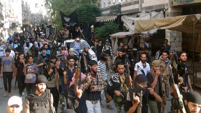 Des combattants islamistes d'EI paradent dans le camp de réfugiés palestiniens de Yarmuk, au sud de Damas, le 28 juillet 2014 [Rami Al-Sayed / AFP/Archives]