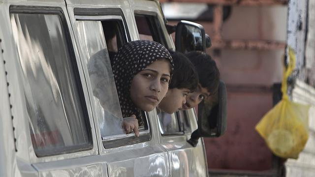 Des familles palestiniennes de retour le 1er août 2014 à Chejaya dans la banlieue de Gaza [Mahmud Hams / AFP]