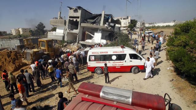 Les secours palestiniens recherchent des survivants après une offensive israélienne à Rafah, dans la bande de Gaza, le 1er août 2014 [Saïd Khatib / AFP]