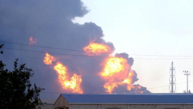 De la fumée au-dessus d'un entrepôt de pétrole qui a pris feu au cours d'affrontements entre milices rivales à Tripoli, le 2 août 2014 [Mahmud Turkia / AFP]