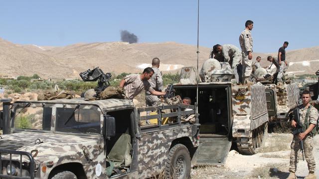 Des soldats libanais sur une route menant à Aarsal, à la frontière avec la Syrie, le 3 août 2014 [ / AFP]