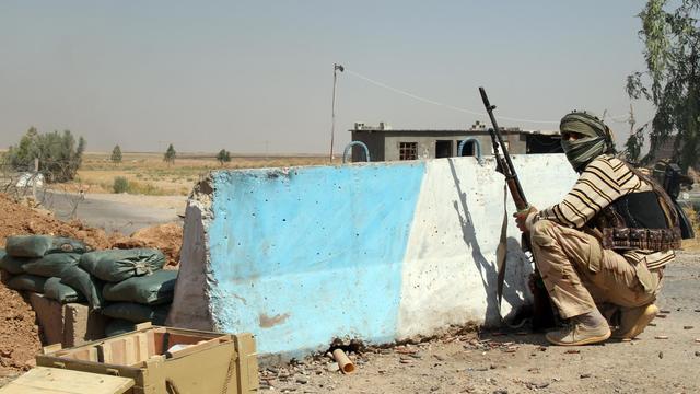 Un combattant turcomane chiite tient une position à Amerli, une ville assiégée par l'Etats islamique, à 160 km au nord de Bagdad, le 4 août 2014 [Ali al-Bayati / AFP/Archives]