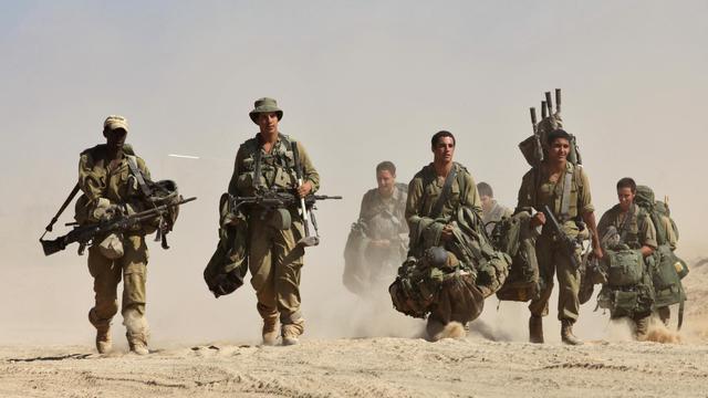 Des soldats israéliens se redéploient près de la frontière avec la bande de Gaza le 4 août 2014 [Gil Cohen Magen / AFP/Archives]