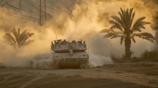 Un tank israélien Merkava se retire de la bande de Gaza pour rejoindre un camp militaire le long de la frontière entre Israël et la bande de Gaza, le 4 août 2014 [Jack Guez / AFP]