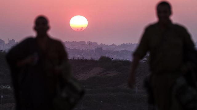 Coucher de soleil sur la bande de Gaza, le 4 août 2014, où une trêve pourrait être mise en place mardi grâce à un accord entre Israéliens et Palestiniens [Jack Guez / AFP]