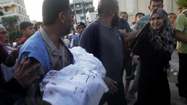 Un Palestinien porte le corps de sa fille de 5 ans, tué lors d'un raid israélien à Rafah, le 4 août 2014 [Said Khatib / AFP]