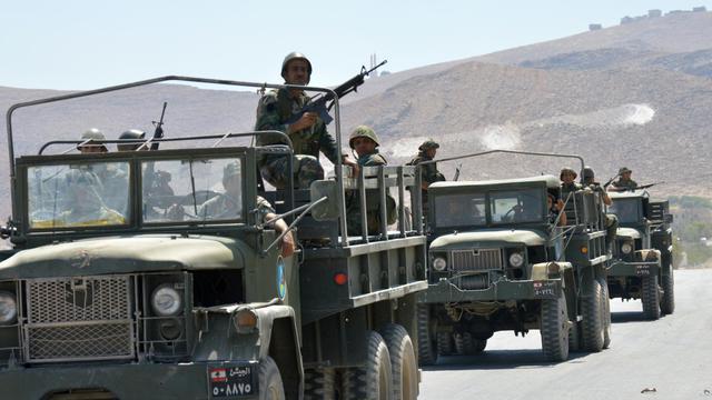 Des soldats libanais quittent la ville de Arsal, proche de la frontière syrienne, le 5 août 2014, au quatrième jour de combats avec des militants islamistes  [ / AFP]