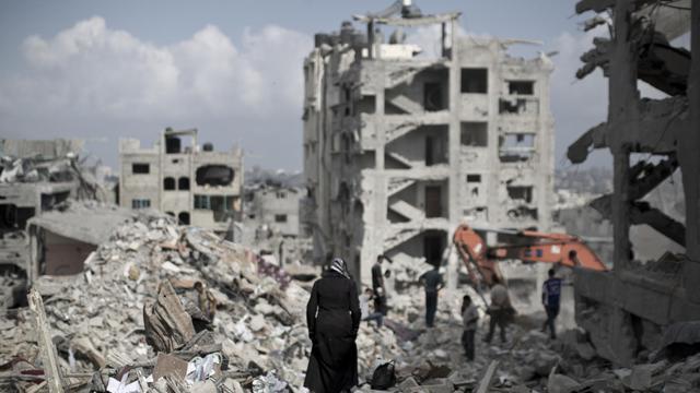 Une femme palestinienne marche au milieu de décombres dans le quartier al-Tufah de Gaza, le 6 août 2014 [Mahmud Hams / AFP/Archives]