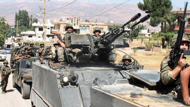 Des blindés de l'armée libanaise dans la ville d'Arsal, dans le nord du Liban, à la frontière avec la Syrie le 6 août 2014  [ / AFP]