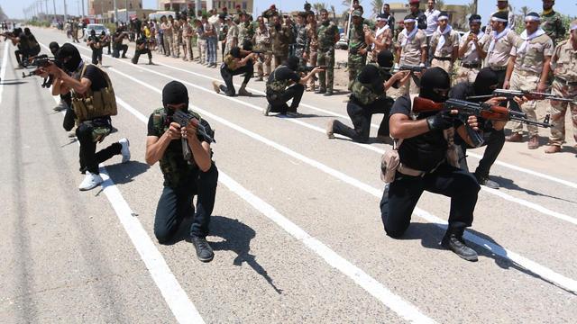 Des miliciens chiites, qui ont rejoint les forces du gouvernement pour combattre les jihadistes de l'Etat islamique, le 7 août 2014 lors d'un entraînement à Bassora [Haidar Mohammed Ali / AFP/Archives]