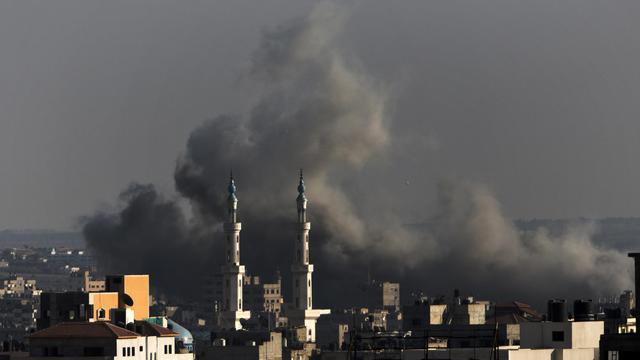 Un nuage de fumée s'échappe après une frappe israélienne sur Gaza le 8 août 2014 [Mahmud Hams / AFP]