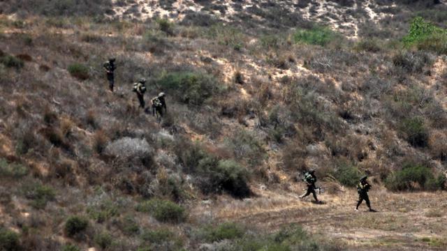 Des soldats israéliens patrouillent le long de la frontière avec la bande de Gaza, le 9 août 2014 [David Buimovitch / AFP]