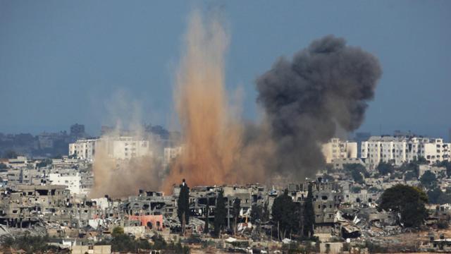 De la fumée et du sable s'élèvent dans la bande de Gaza après une frappe israélienne, le 10 août 2014 [DAVID BUIMOVITCH / AFP]