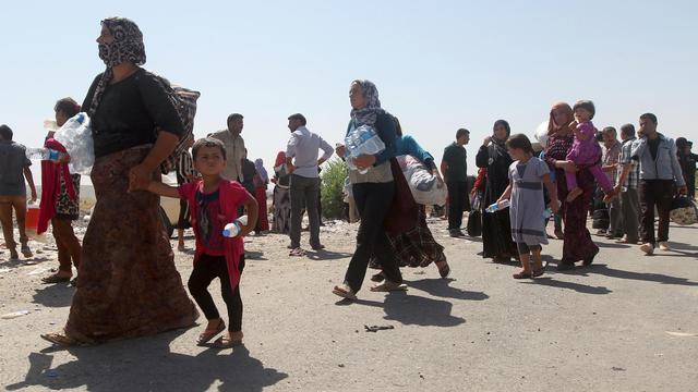 Des familles irakiennes déplacées de la communauté yazidi sur la frontière irako-syrienne dans le nord de l'Irak, le 11 aout 2014 [Ahmad Al-Rubaye / AFP]