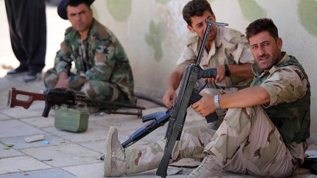 Des combattants des forces kurdes sur la ligne de front de Bashiqa, à 13 km au nord-est de Mossoul le 12 août 2014 [Ahmad al-Rubaye / AFP/Archives]
