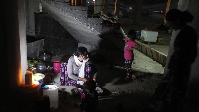 Une Irakienne de la communauté Yazidi a trouvé refuge avec ses enfants dans un immeuble en construction après avoir fui les violences commises par l'Etat Islamique à Sinjar à Dohuk, au kurdistan irakien le 12 août 2014  [Ahmad Al-Rubaye / AFP/Archives]