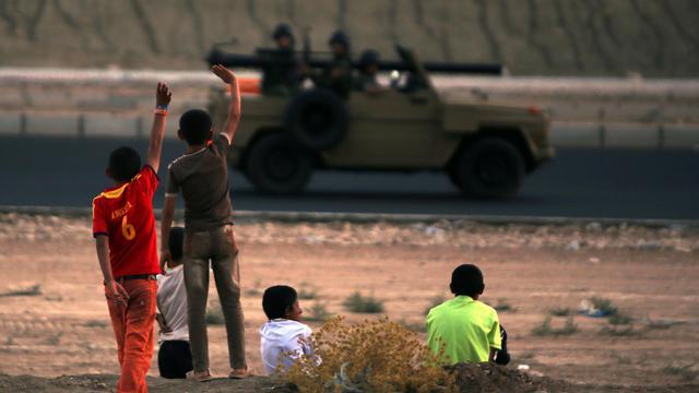 Des enfants yazidis saluent des combattants kurdes près de Dohuk, au Kurdistan irakien, le 12 août 2014 [Ahmad al-Rubaye / AFP]