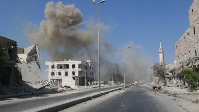De la fumée s'échappe après l'explosion d'un engin, le 14 août 2014 à Alep  [Zein Al Rifai / Aleppo media center/AFP]