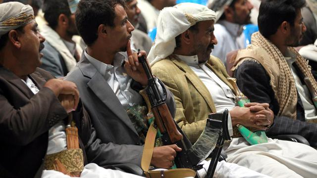 Des hommes de tribus yéménites rassemblés en conseil tribal à Sanaa le 14 août  2014, pour discuter des attaques d'Al-Qaeda et demander au gouvernement de renforcer sa lutte contre ces rebelles   [Mohammed Huwais / AFP]