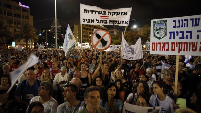 Manifestation à Tel-Aviv pour exiger la fin des tirs de roquettes sur Israël et une solution durable au conflit avec les Palestinienns, le 14 août 2014 [Gali Tibbon / AFP]
