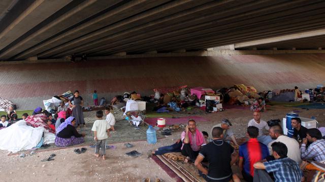 Des familles d'Irakiens de la communauté yazidi, persécutés par l'Etat islamique, et réfugiés à Erbil au Kurdistan irakien, où ils s'abritent sous un pont, le 17 aout 2014 [Ahmad Al-Rubaye / AFP]