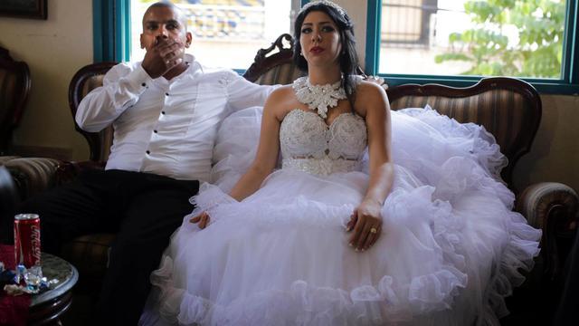 Le marié, Mahmoud Mansour, musulman et sa femme Malcha Morel, juive convertie, au domicile de la famille de Mahmoud dans le quartier de Jaffa à Tel-Aviv, le 17 août 2014 [Daniel Bar-On / AFP]