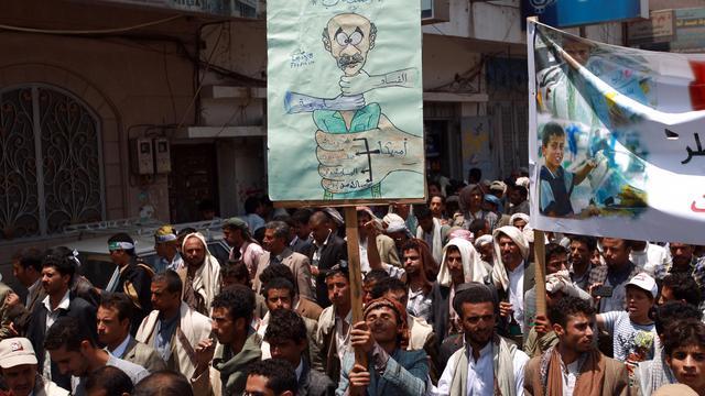 Des dizaines de milliers de personnes manifestent à Sanaa pour réclamer la chute du gouvernement yéménite, à l'appel du chef de la rébellion chiite Abdel Malek al-Houthi le 18 août 2014 [Mohammed Huwais / AFP]