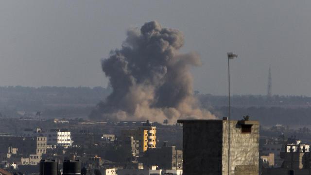 De la fumée s'échappe des habitations après une attaque aérienne israélienne le 20 août 2014 à Gaza [Mahmud Hams / AFP/Archives]