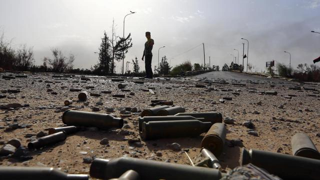Des cartouches de mitrailleuses jonchent le sol sur une route près de l'aéroport de Tripoli, théâtre de violents combats, le 21 août 2014 [Mahmud Turkia / AFP]