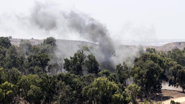 De la fumée s'élève après qu'un obus de mortier tiré par les Palestiniens a frappé le territoire israélien, à la frontière avec Gaza, le 22 août 2014 [Jack Guez / AFP]