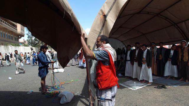 Des partisans d'Ansarullah, la rébellion chiite au Yémen, établissent un campement sur la route de l'aéroport de Sanaa, le 22 août 2014 [Mohammed Huwais / AFP]