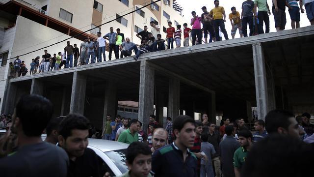 Des centaines de personnes se rassemblent le 22 août 2014 dans le centre-ville de Gaza, après la diffusion sur les réseaux sociaux d'un appel à assister à l'exécution de Palestiniens soupçonnés de collaborer avec Israël [Thomas Coex / AFP]