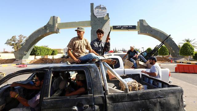Des combattants islamistes de la coalition Fajr Libya montent la garde à l'entrée de l'aéroport de Tripoli le 24 août 2014 [Mahmud Turkia / AFP/Archives]