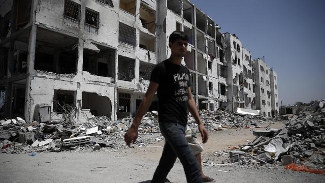 Un Palestinien au milieu des ruines le 24 août 2014 à Gaza [Thomas Coex / AFP]