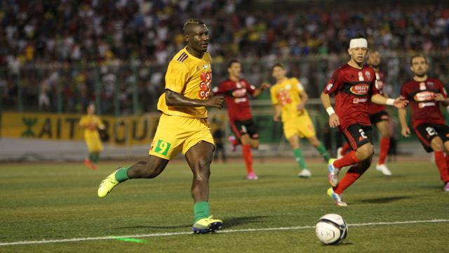 Albert Ebosse (C) le 23 août lors du match entre son équipe JS Kabylie et USM à Tizi-Ouzou [- / AFP]